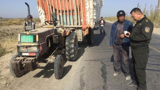 La police conduit des inspections dans la rue, Xinjiang, Chine