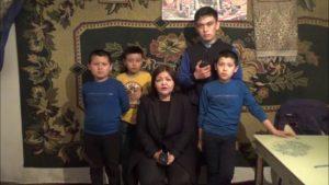 L'avocate Umarova avec des enfants « orphelins »