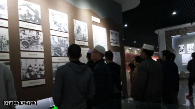 Des musulmans huis à une exposition commémorant la révolution.