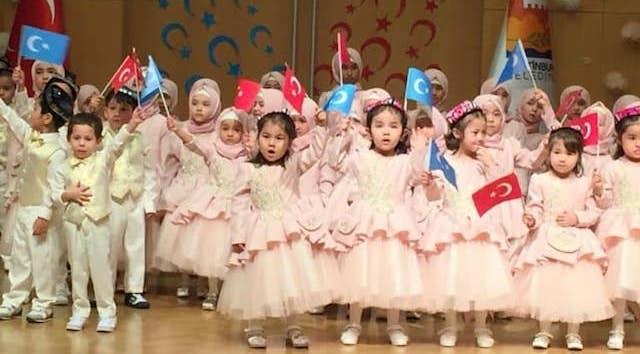 Des enfants ouïghours, dont beaucoup sont « orphelins », lors d'une fête du Ramadan à Istanbul.