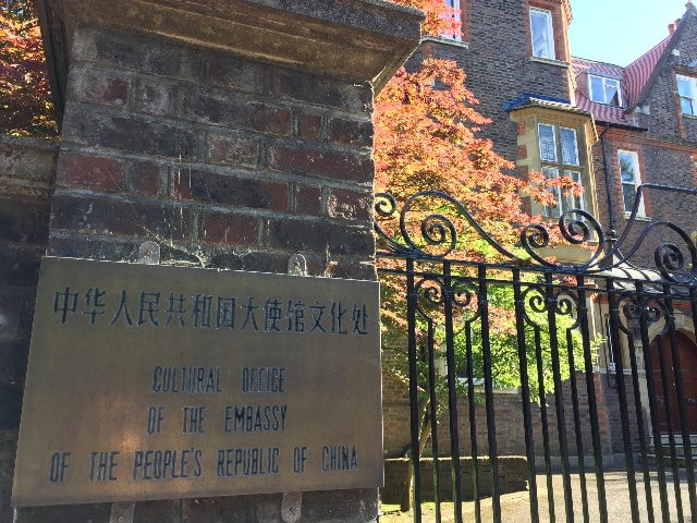 Les portes du Service culturel de l'Ambassade de Chine restent closes pendant les manifestations