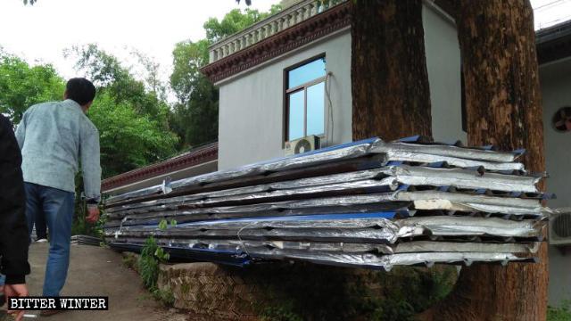 Les tôles galvanisées de l'oratoire ont été placées sur le côté après la démolition.