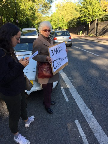 Mme Judy Shipton et sa petite-fille se joignent à la manifestation.