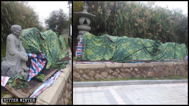 Les statues d'Arhat démantelées sont empilées sur le bord de la route et recouvertes de tissu.