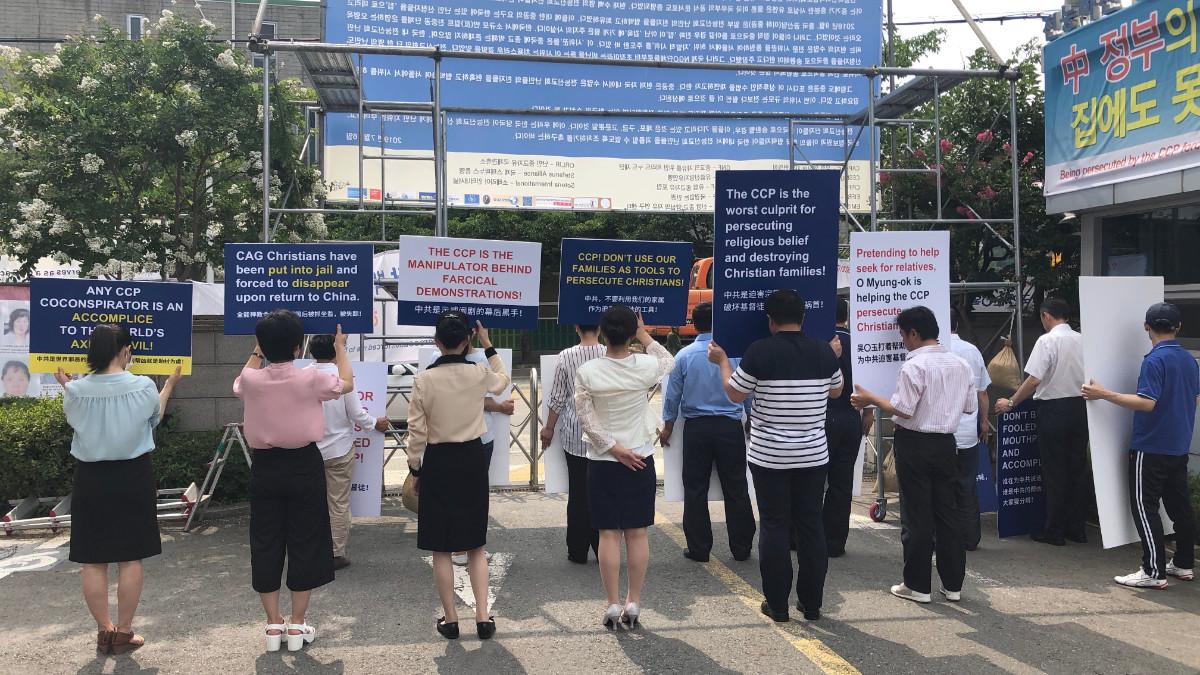 Bannières suspendues devant l'entrée des locaux de l'EDTP