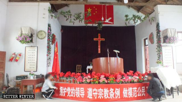 Le drapeau national chinois est accroché au sommet de la croix à l'intérieur de l'église du Xinzhuang.