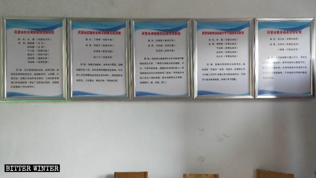 Les règles et les réglementations du gouvernement ont été affichées à l'intérieur de l'église de Xinzhuang.