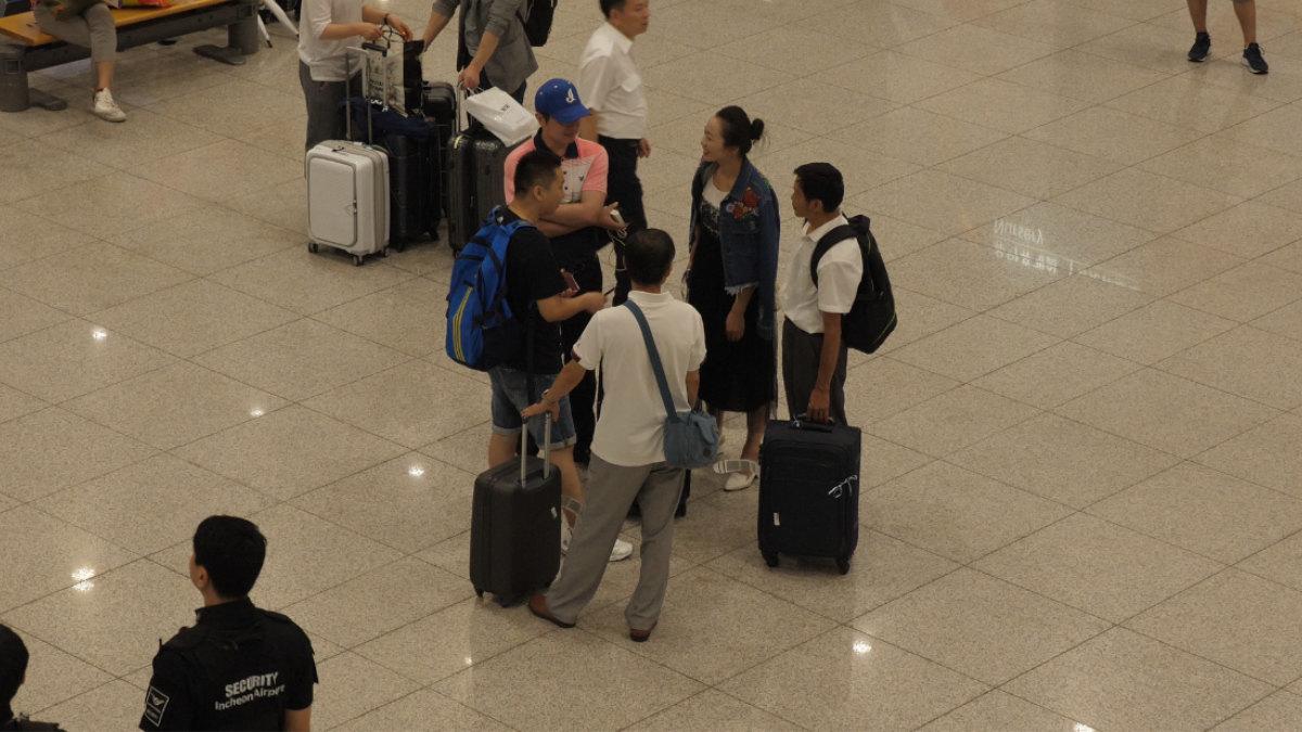 Un frère de l'EDTP et son épouse sont allés chercher les membres de leur famille à l'aéroport.