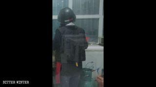 Cuisiner en tenue antiémeute : le bonheur vu du Xinjiang