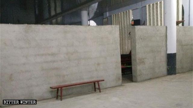 Pour réduire la superficie de l'église, un mur a été construit dans le hall du premier étage.