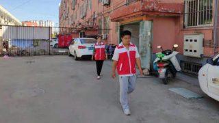 Des responsables de bloc en patrouillent dans une communauté, dans une localité de la province du Shandong.