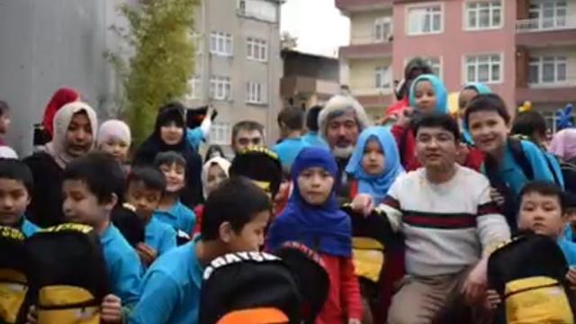 Lokman Hira'i (devant à droite) entouré de ses élèves et de ses collègues.
