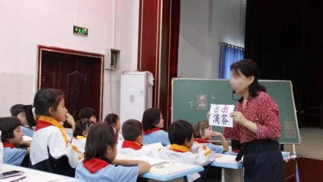 Un professeur, enseignant le chinois dans une école primaire.