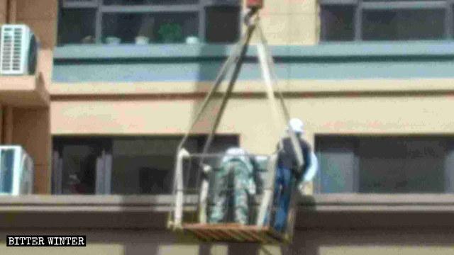 Les travailleurs démantèlement des antennes satellites